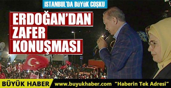 Cumhurbaşkanı Erdoğan balkonda halka hitap ediyor